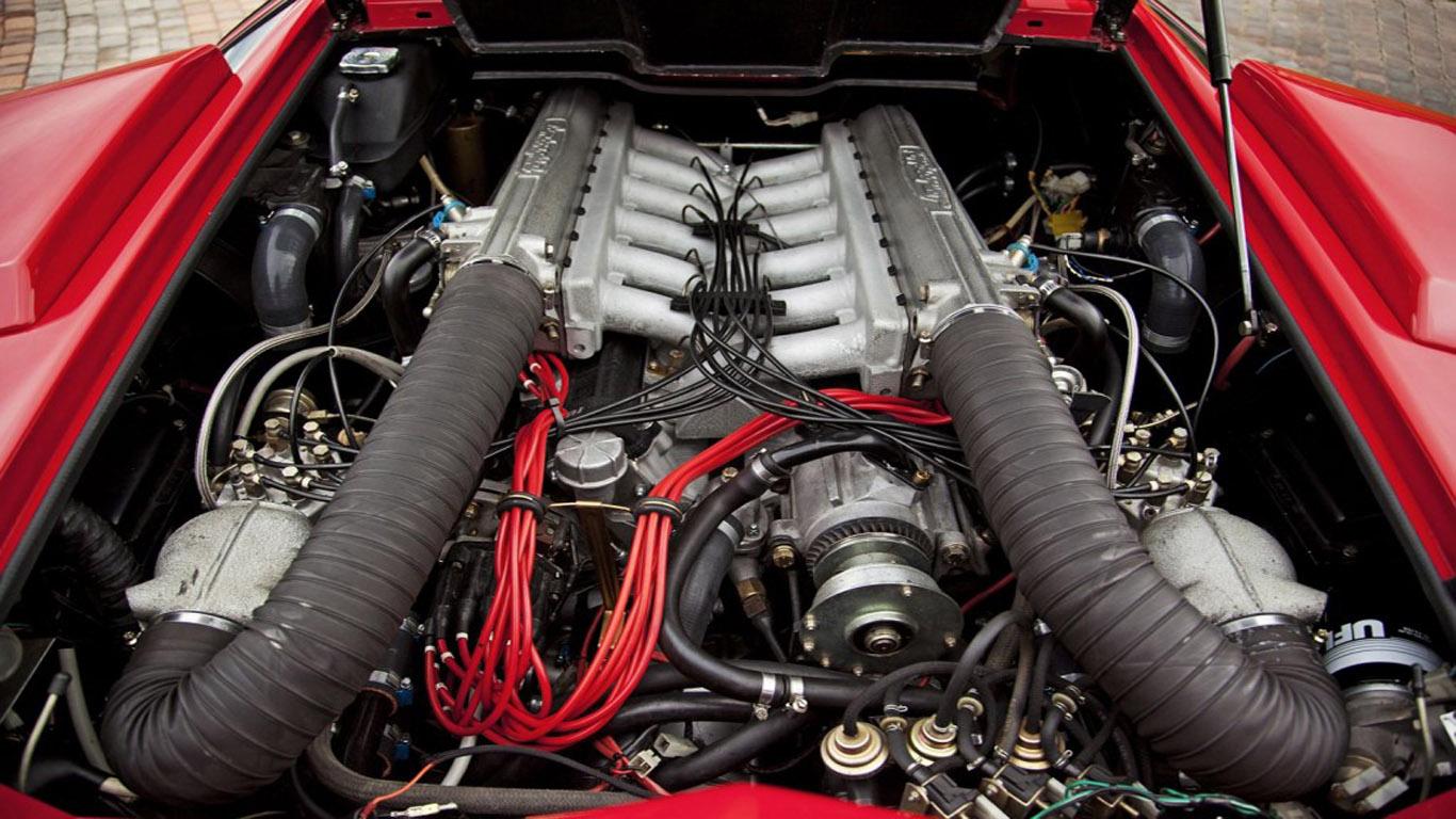 Parlons moteurs... Le légende passe aussi par eux. 198