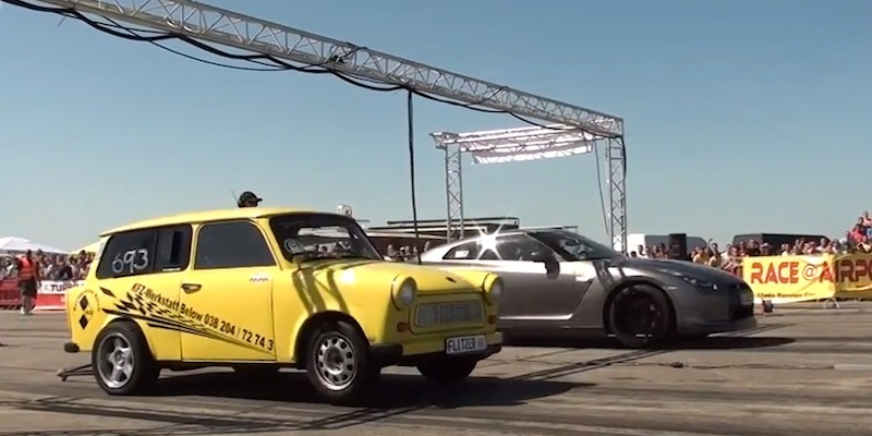 Nissan GTR R35 vs Trabant 601 Wagon… Y'en a qui n'ont peur de rien !