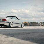 E36 BMW 320i cab – Sobre et classe en AC Schnitzer