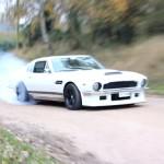 Aston V8 turbo qui cire le bitume ... Shocking !