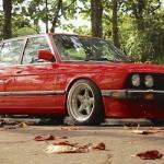 Ho, juste une BMW 525e... Et une grosse claque dans la tronche !