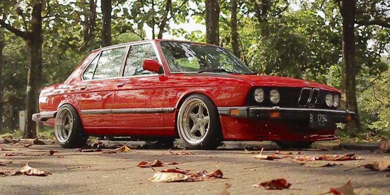 Ho, juste une BMW 525e… Et une grosse claque dans la tronche !