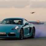 Modern Race : Porsche Cayman versus... drones !