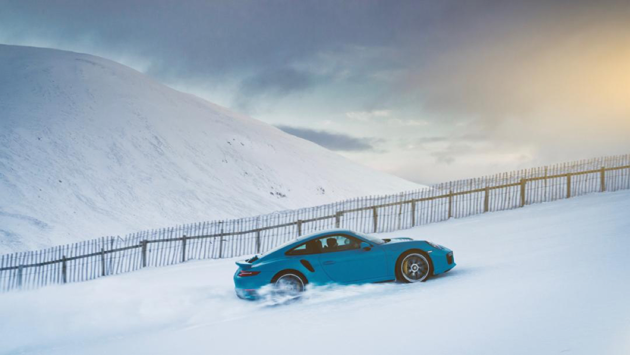 "Porsche 911 Turbo S - ""King of the Hill"" : Une voiture dans la neige ! 1"