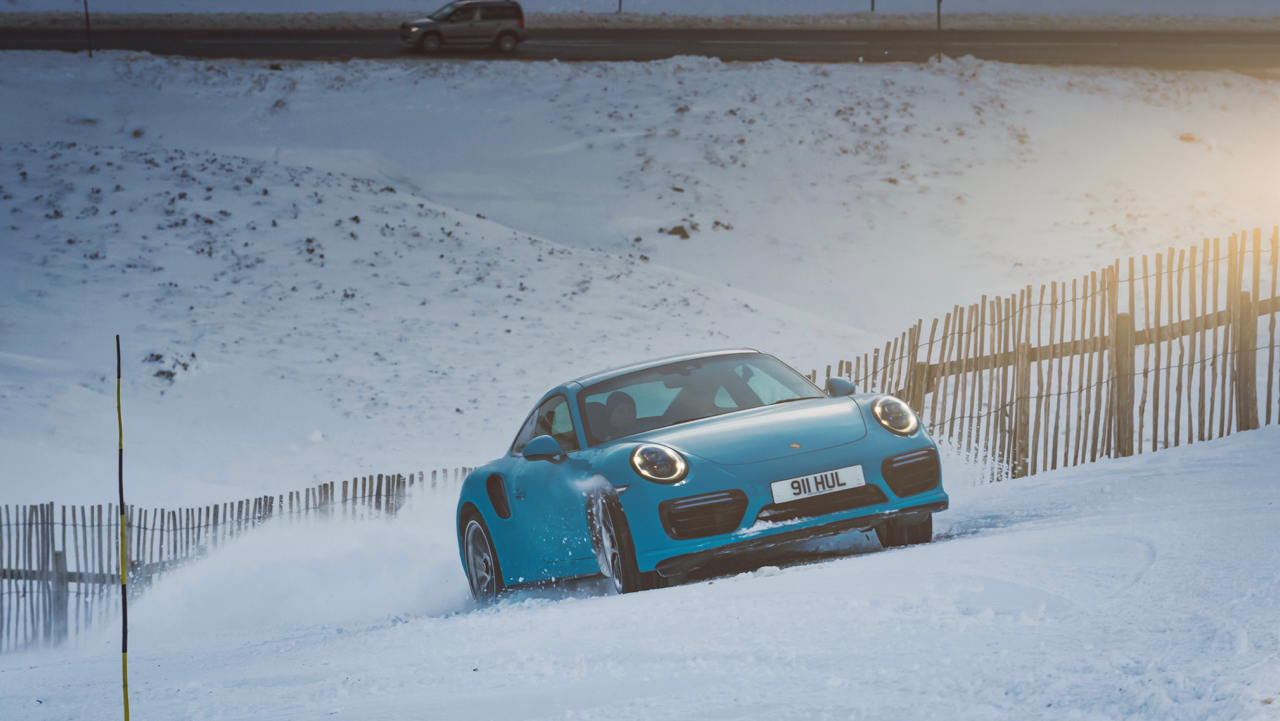 "Porsche 911 Turbo S - ""King of the Hill"" : Une voiture dans la neige ! 4"