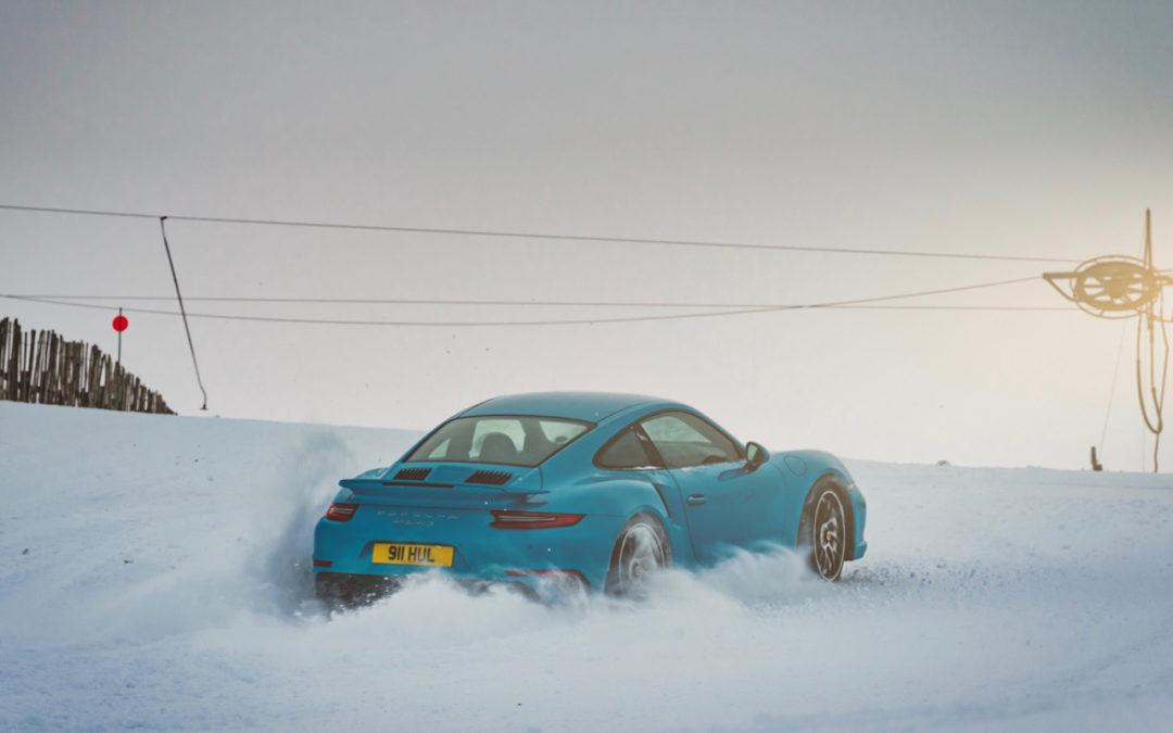 """Porsche 911 Turbo S – """"King of the Hill"""" : Une voiture dans la neige !"""