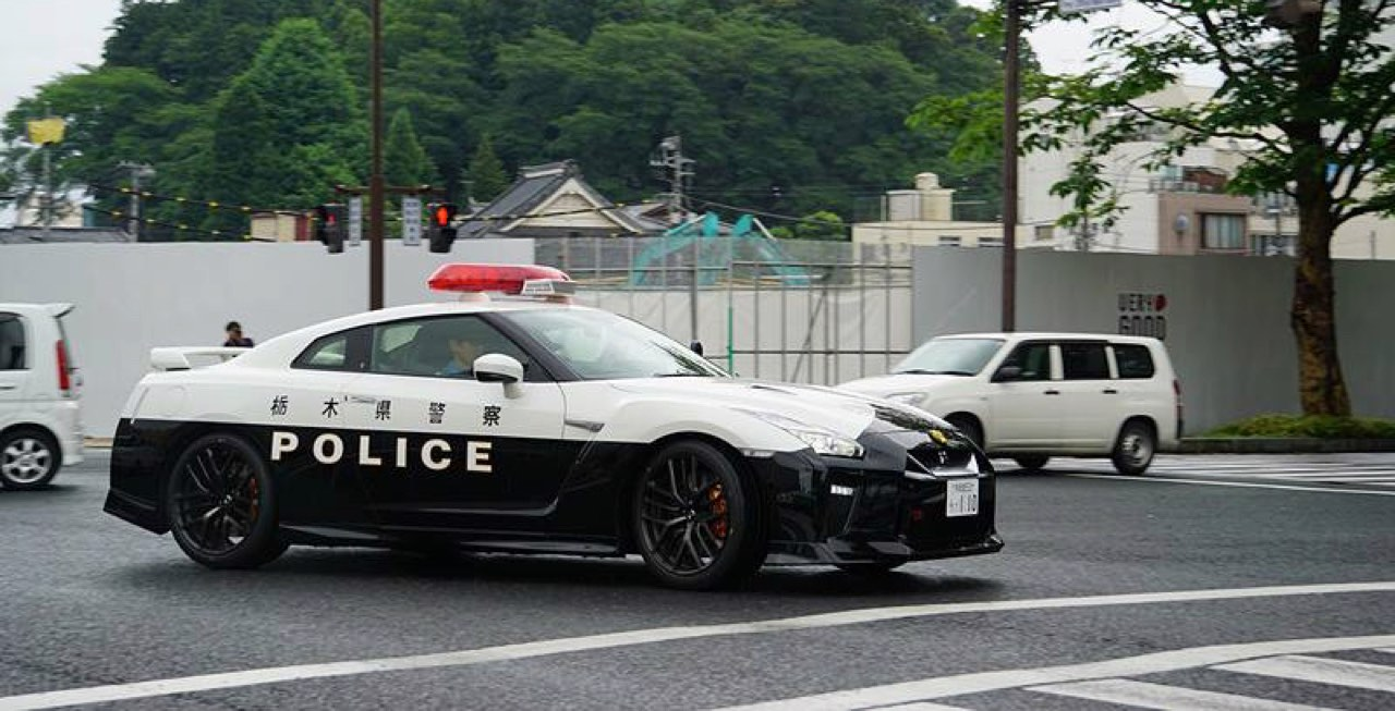Nissan GTR... Si la police s'y met ! 13