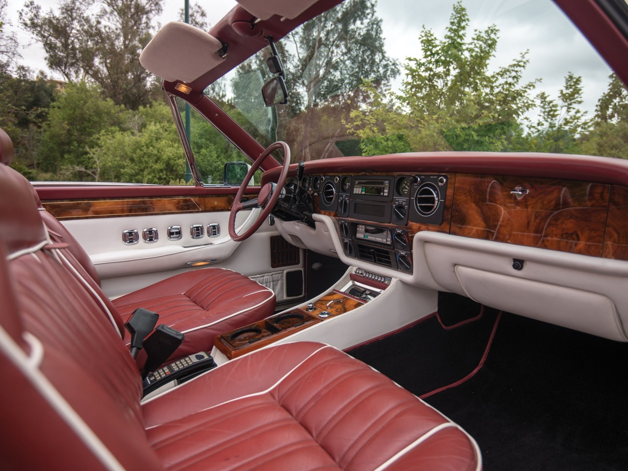 Rolls Royce Camargue CC... Quand la reine du kitch prend l'air ! 39
