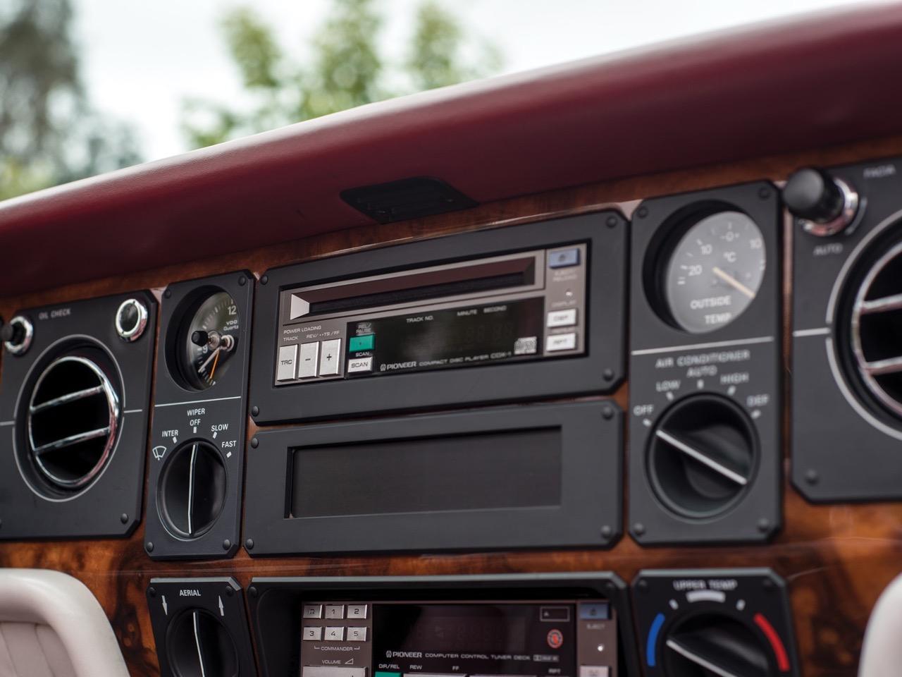 Rolls Royce Camargue CC... Quand la reine du kitch prend l'air ! 47