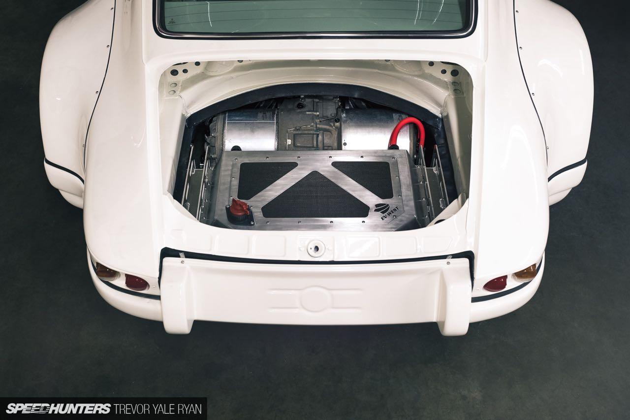 Porsche 911 E-RWB par Street Fighter LA : Quand RWB rencontre Tesla ! 3