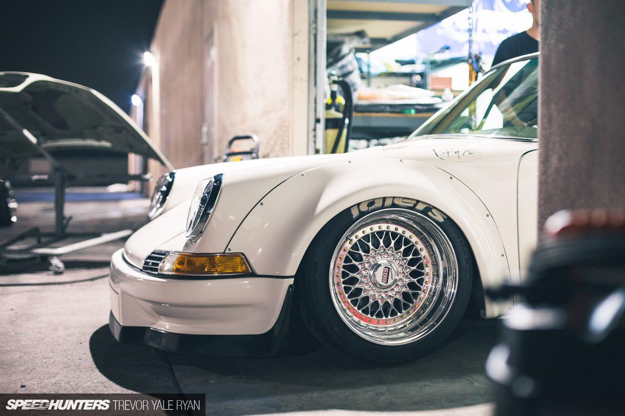 Porsche 911 E-RWB par Street Fighter LA : Quand RWB rencontre Tesla ! 12