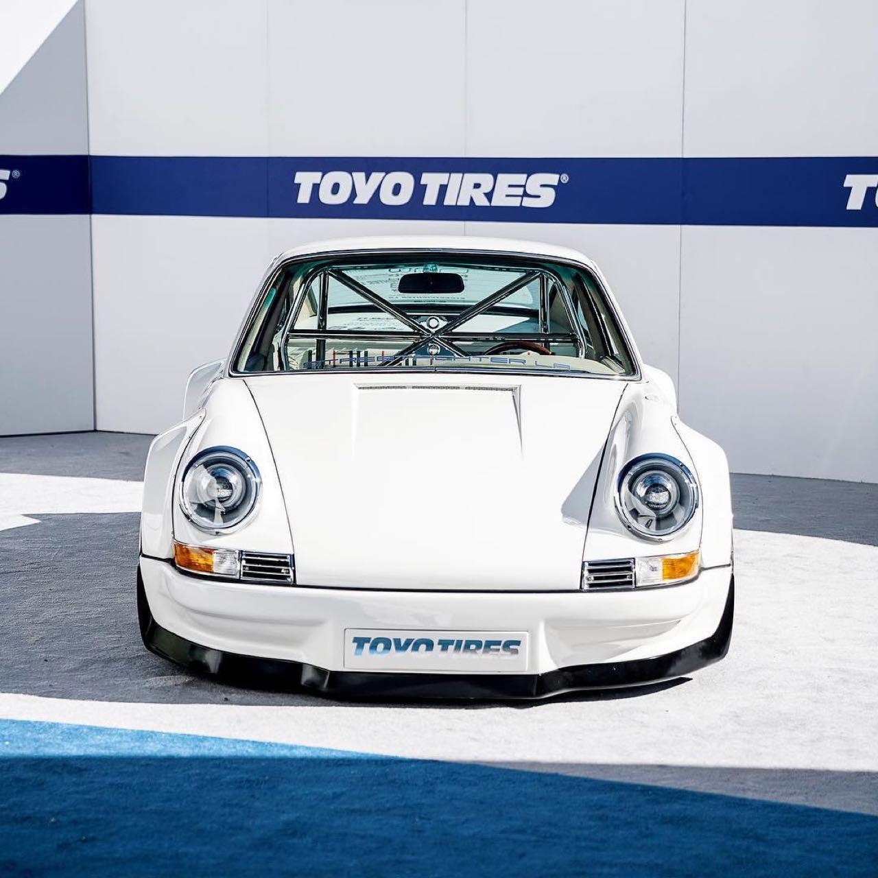 Porsche 911 E-RWB par Street Fighter LA : Quand RWB rencontre Tesla ! 1