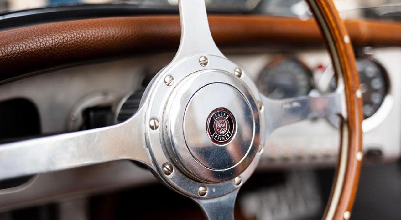 '51 Jaguar XK 120 Roadster - Restomod subtil mais très efficace ! 16