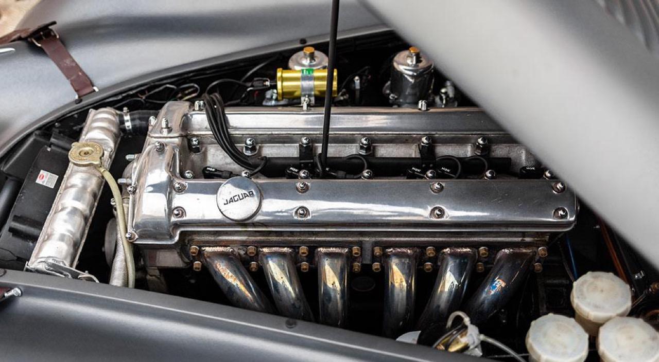 '51 Jaguar XK 120 Roadster - Restomod subtil mais très efficace ! 17