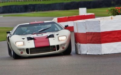 Kenny Bräck vs GT40 : Fight à Goodwood sous la pluie…!